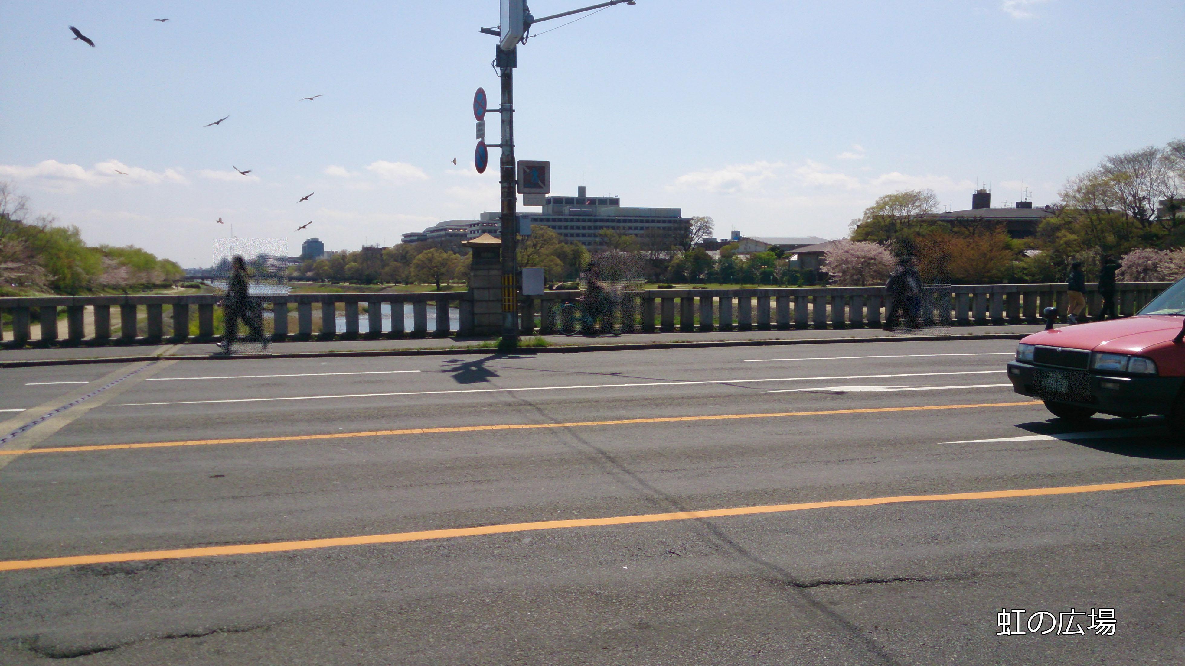 橋を飛ぶデラ